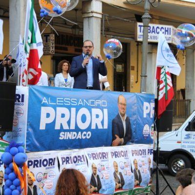 L'emozionante carica di Alessandro Priori e i suoi,in piazza Cairoli,entusiasma il pubblico tra gli applausi
